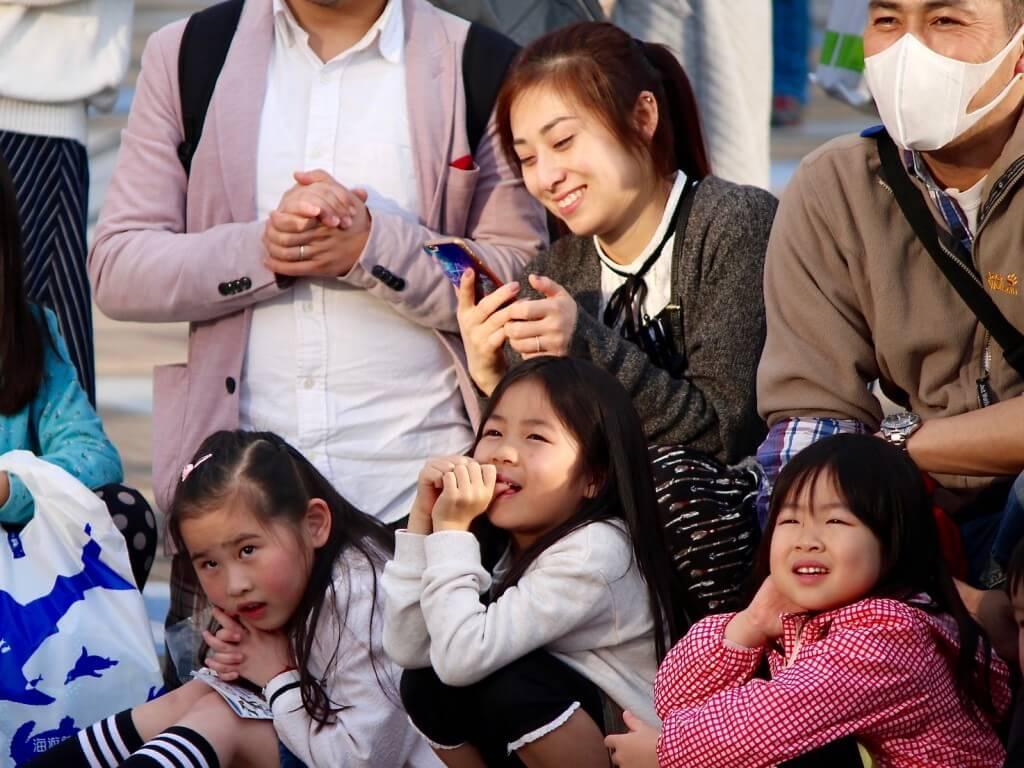 Fakten über Japan: Famile am Hafen von Osaka