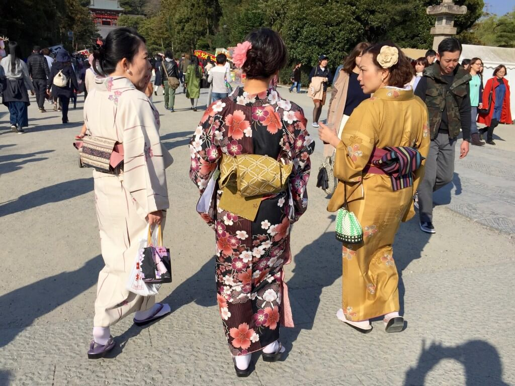 Tokio Tipps: Frauen im traditionellen Kostüm beim Tsurugaoka Hachiman-gū Schrein