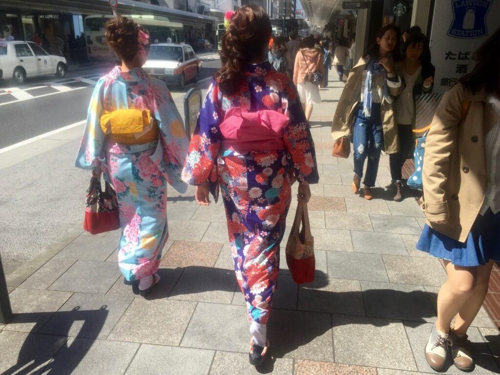 Japanischer Lifestyle: Frauen im traditionellen Kimono, Kyoto