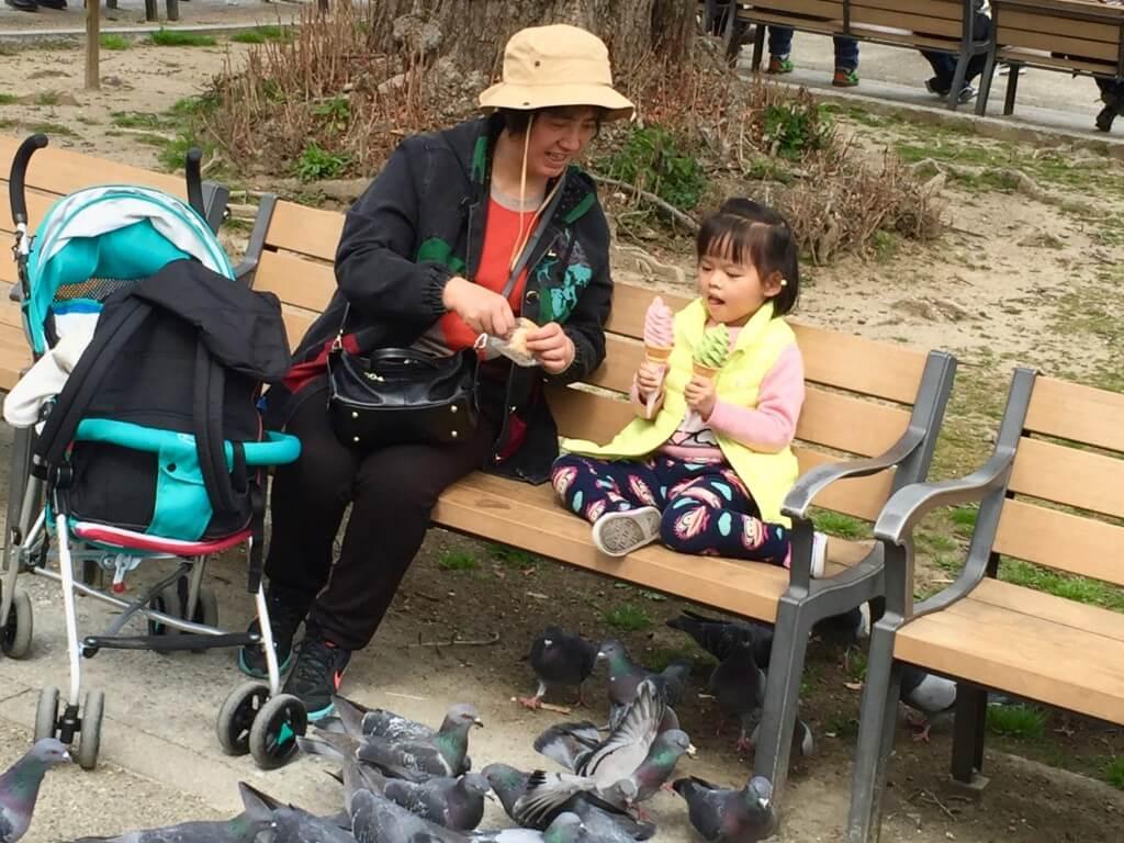 Reisebericht Osaka: Oma und Enkelin im Park von Ōsaka-jō