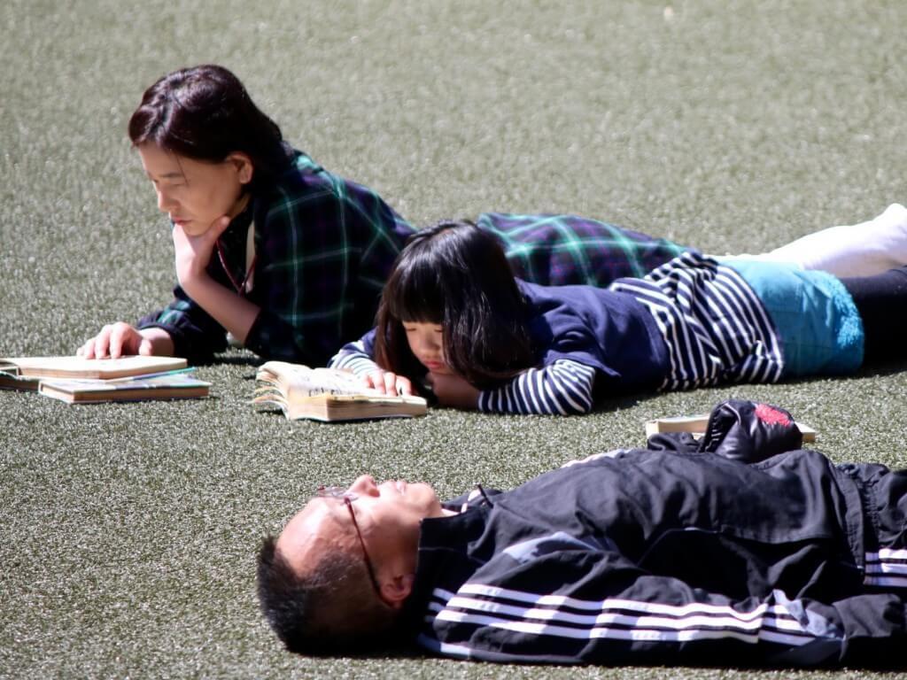 Japanischer Lifestyle: Mutter und Tochter beim Manga-Lesen, Kyoto