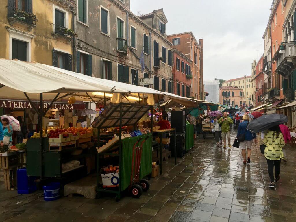 Reisetipp Venedig: Markt in Cannaregio bei Regen