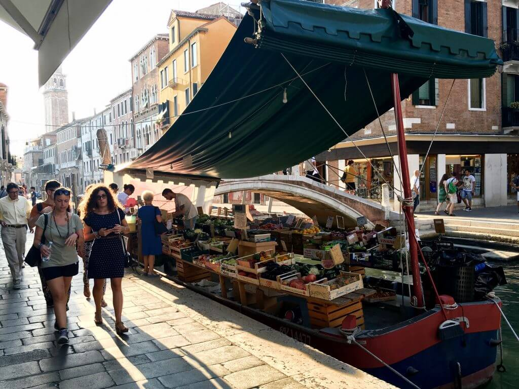 Reisetipp Venedig: Gemüsestand auf Boot in Dorsoduro