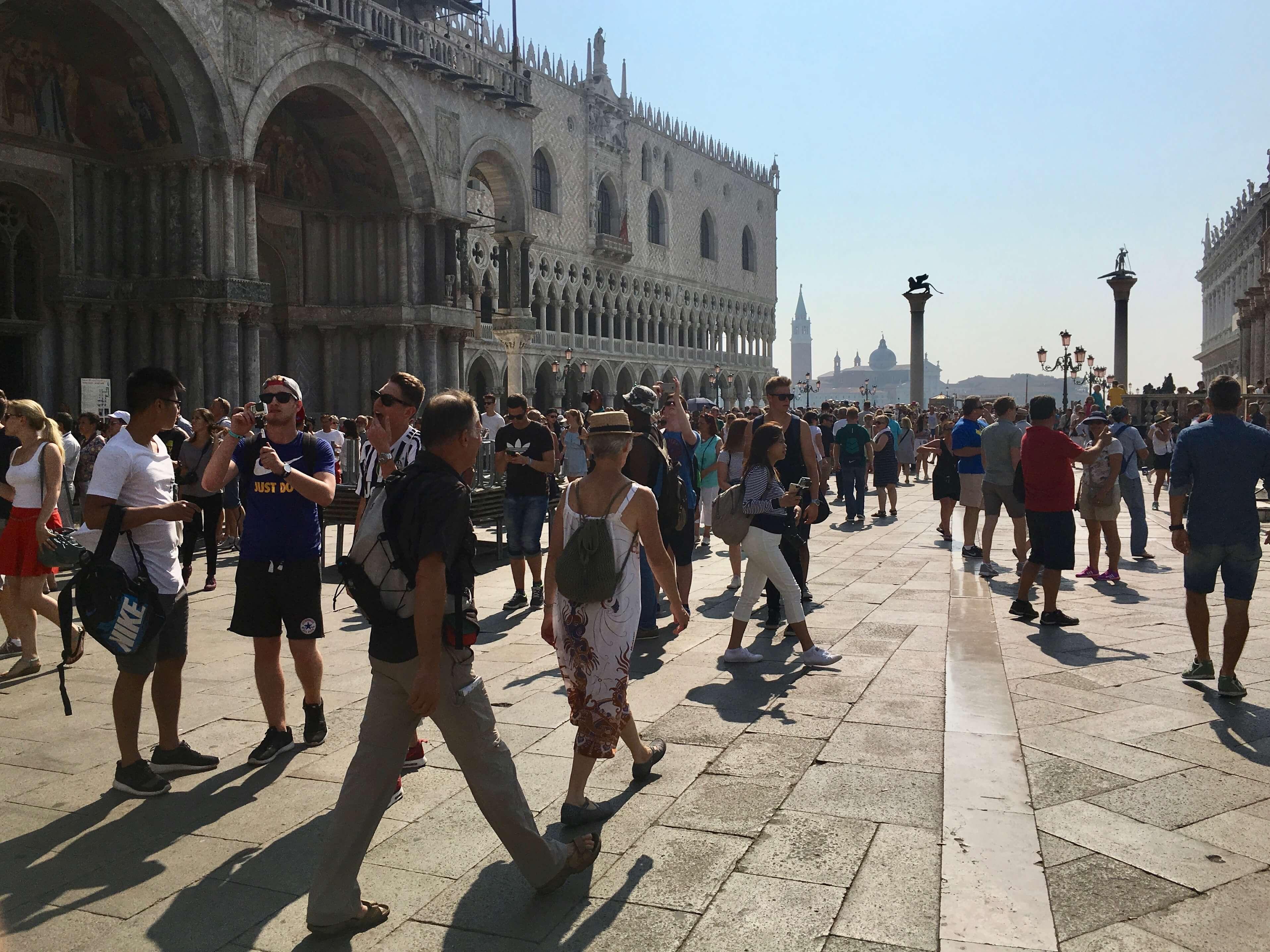 Reisetipp Venedig: Menschen vor der Markuskirche