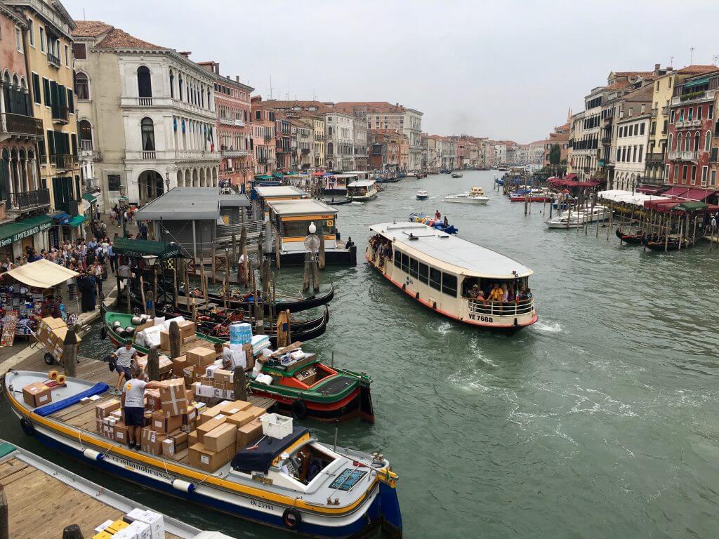 Reisetipp Venedig: Blick von der Rialtobrücke auf den Canal Grande