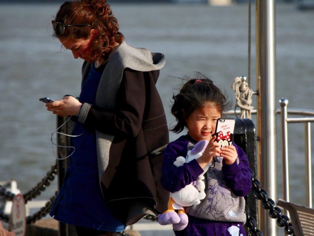 Erkenntnisse über China: Shanghai, Kind mit Handy