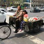 Erkenntnisse über China: Großvater mit Enkelin auf Fahrrad