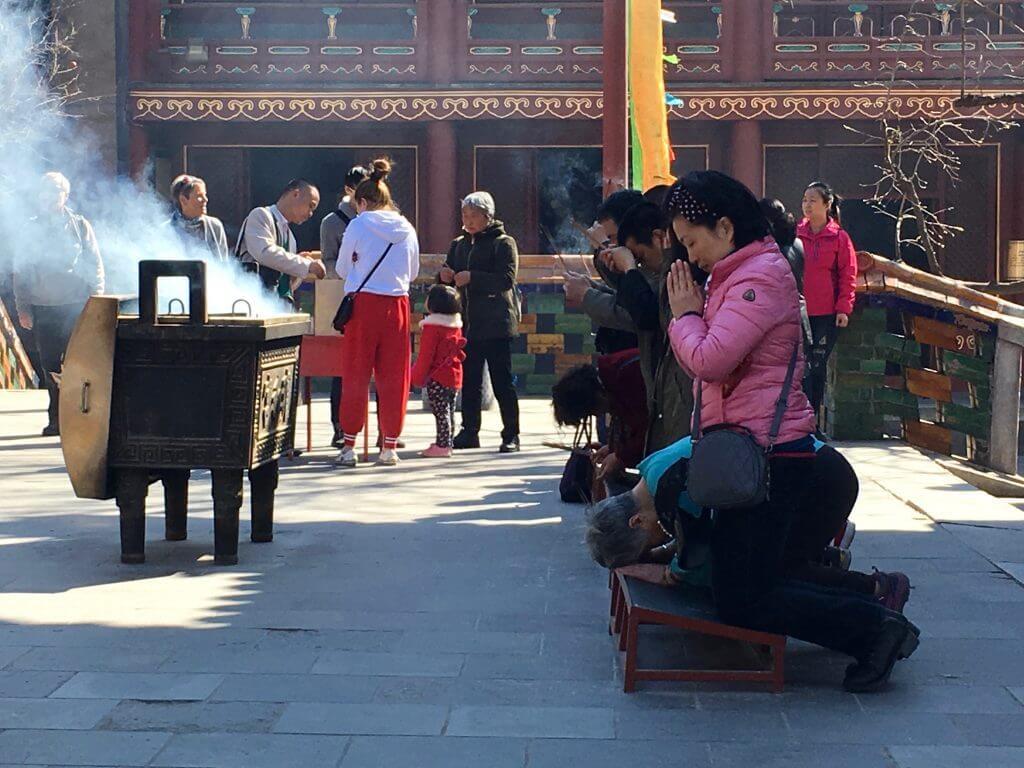 Peking Sightseeing Tipps: Betende im Lamatempel