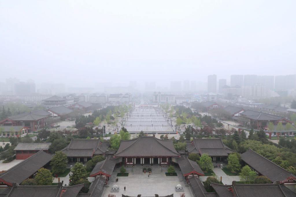 Reisetipp Xi'an: Blick von der Großen Wildganspagode bei Nebel