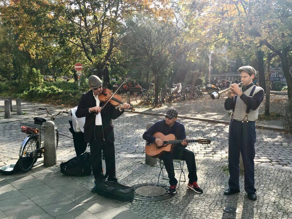 Sightseeing Tipps Berlin-Prenzlauer Berg: Musiker vor dem Helmholtzplatz