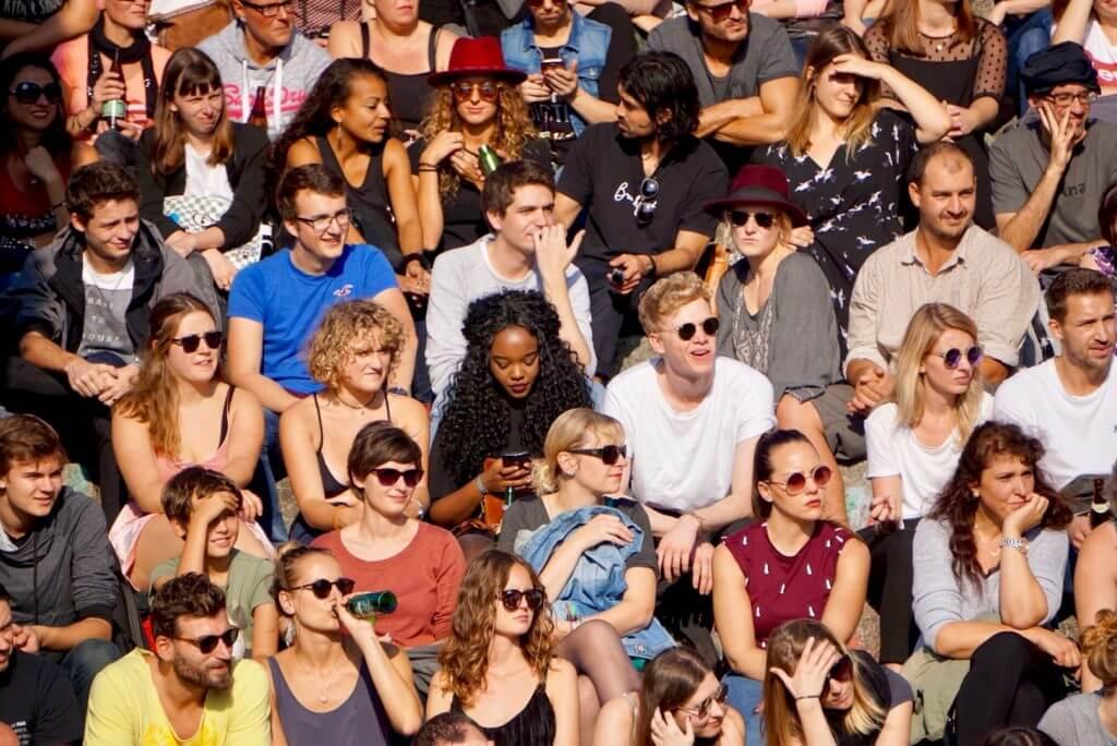 Sightseeing Tipps Berlin-Prenzlauer Berg: Zuschauer auf der Tribüne der Karaoke