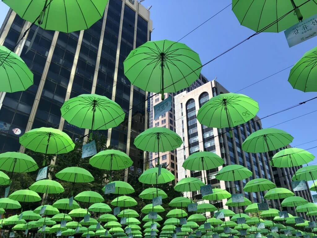 3 Wochen Korea: Sonnenschirme am Cheonggyecheon Stream