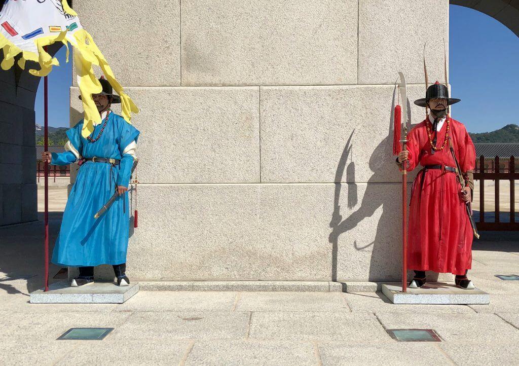 Wachen am Kaiserpalast in Seoul (3 Wochen Korea)